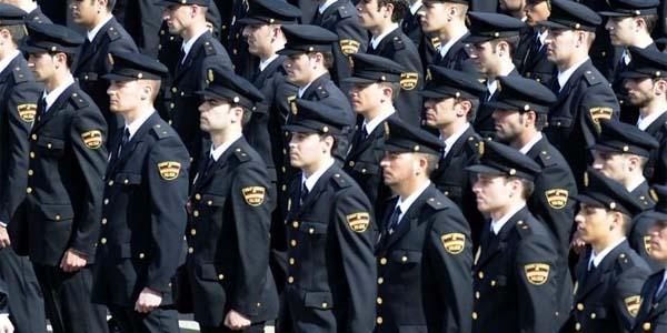 de Policía. Policía es la persona que no se plantea el hecho de ayudar a los demás, es la persona que actúa por el impulso de proteger.